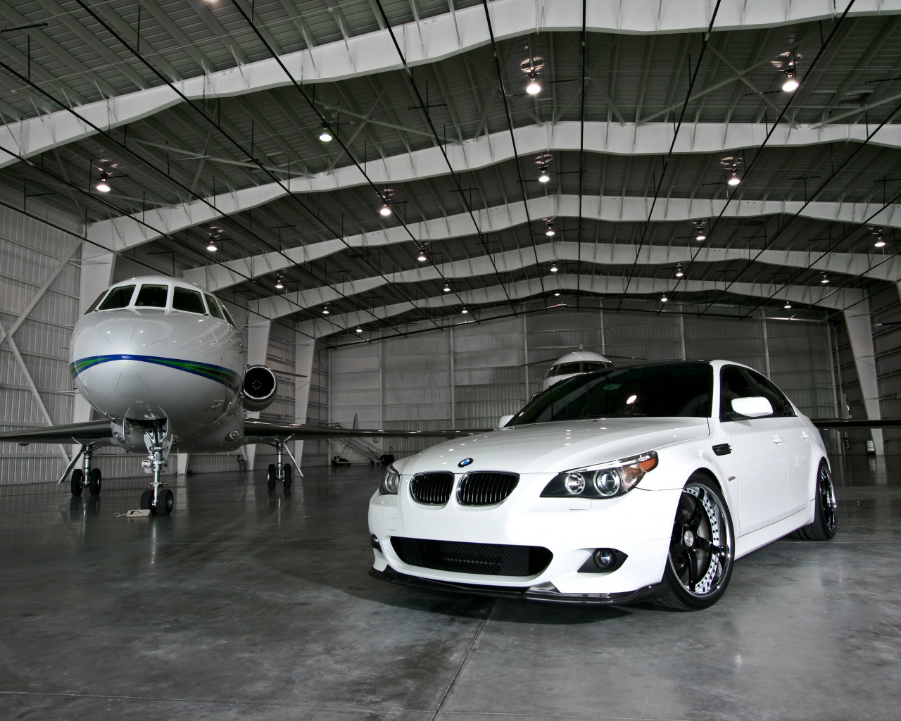 Белый BMW M5  № 445235 загрузить