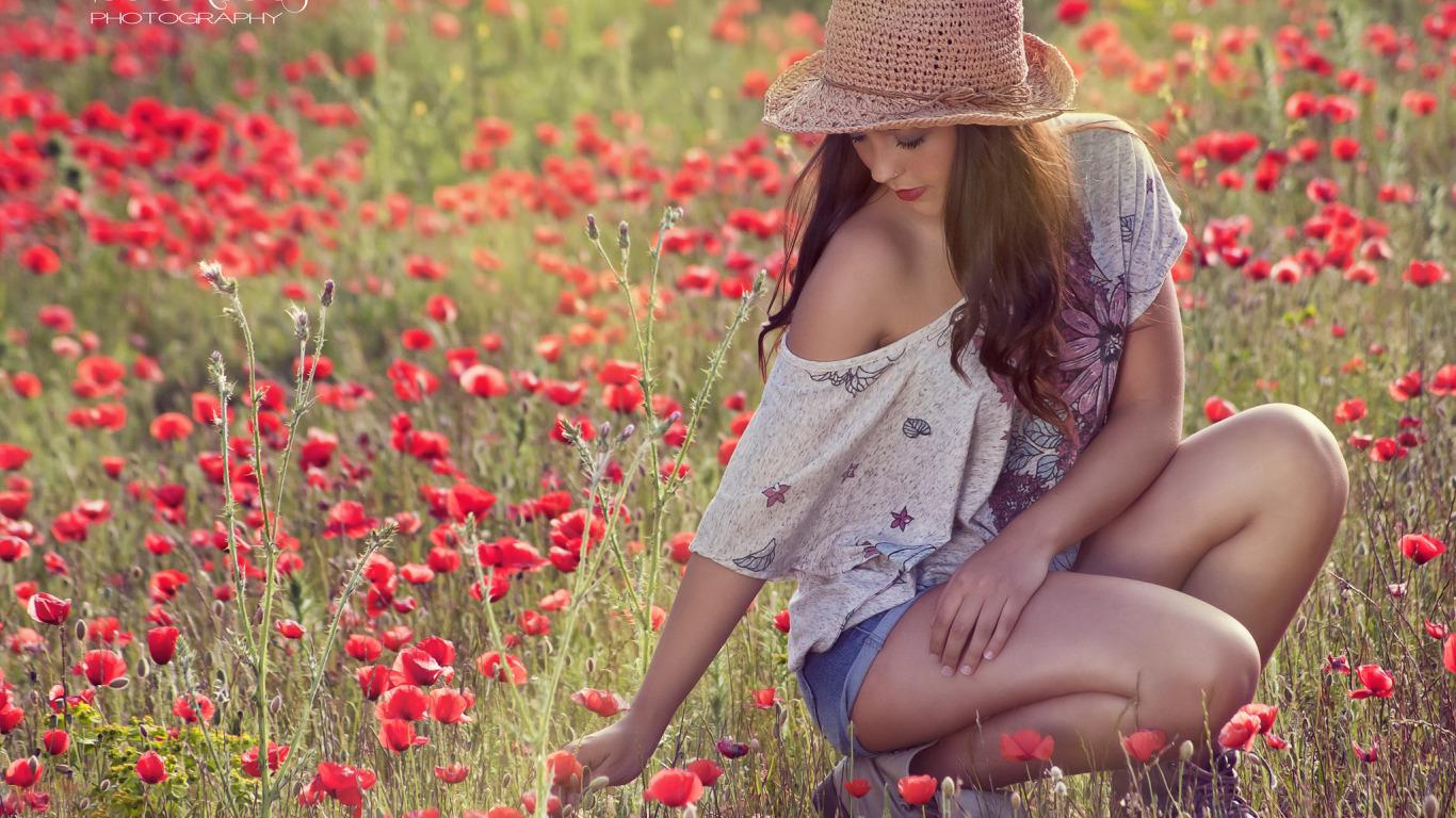 Нежная блондинка гуляет в поле жарким летом и раздевается  439875