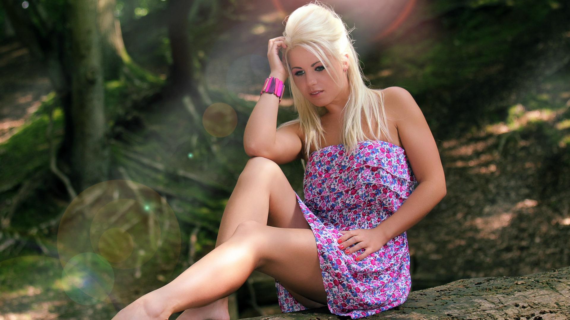 Блондинка в лесу фото