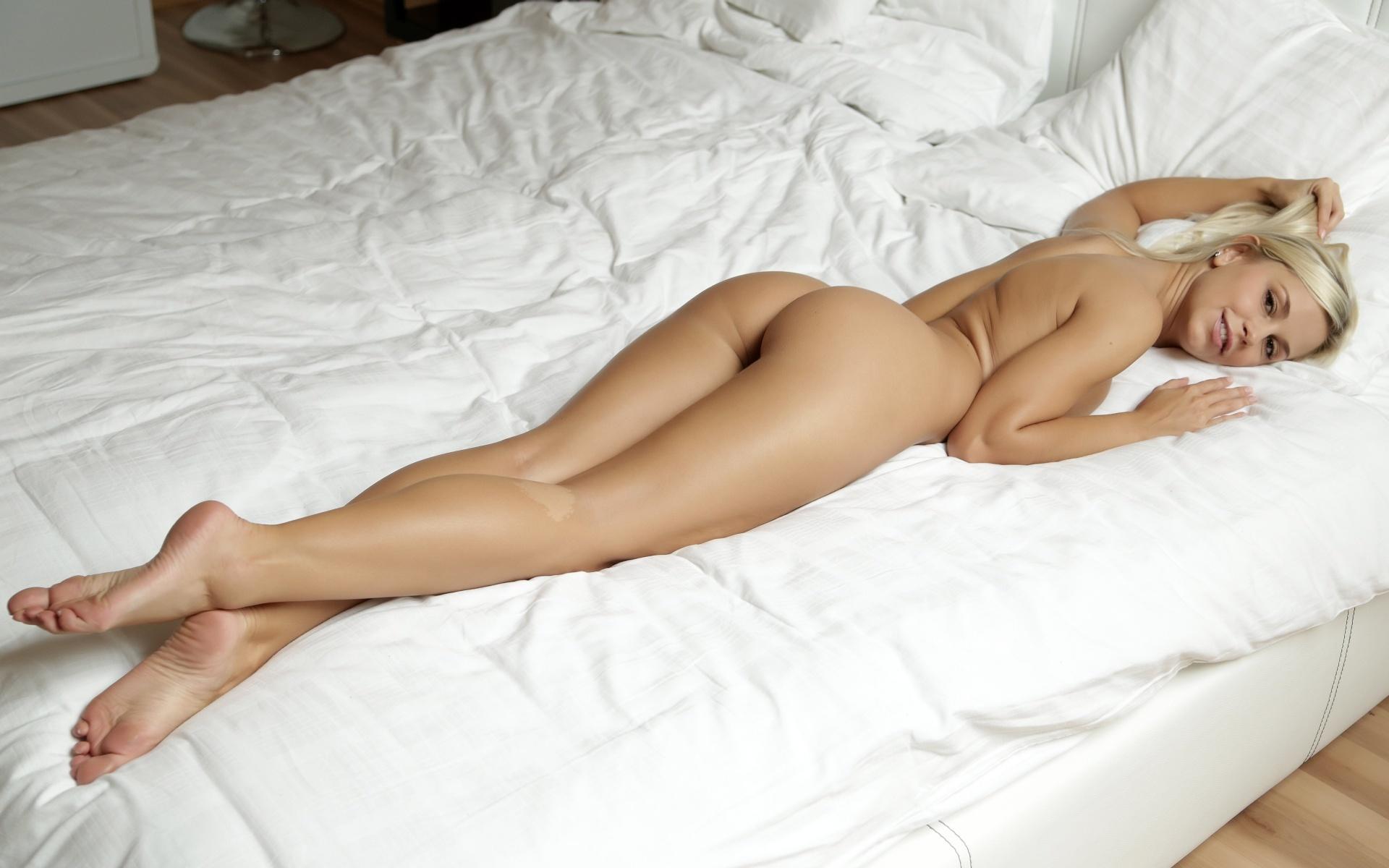 обнаженные с раздвинутыми ногами в постели девушки фото удовольствием начала