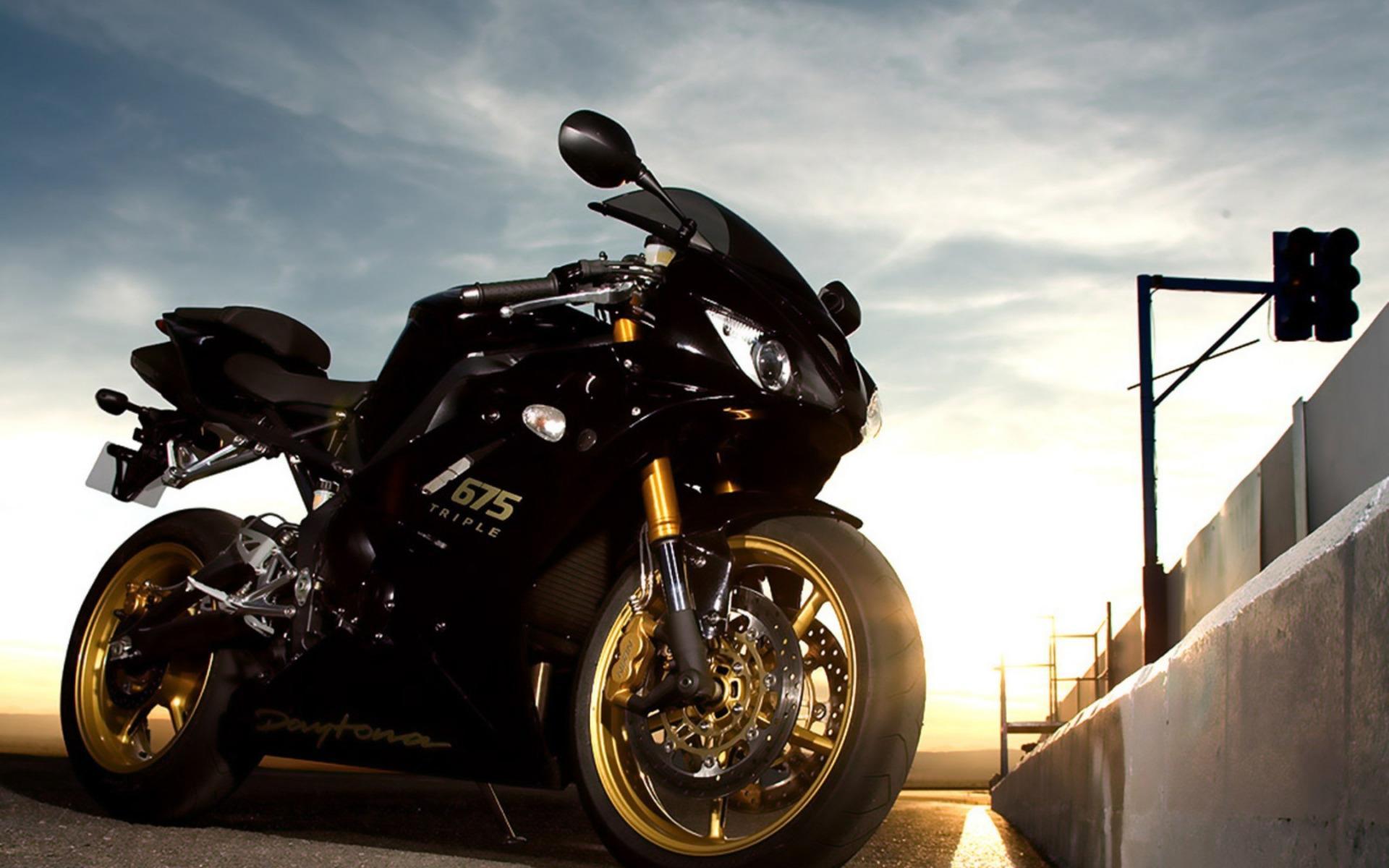 Черный мотоцикл в поле  № 3425373 загрузить