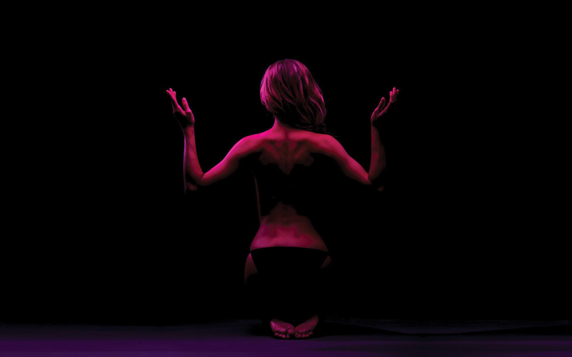 Фигура девушки в темноте фото