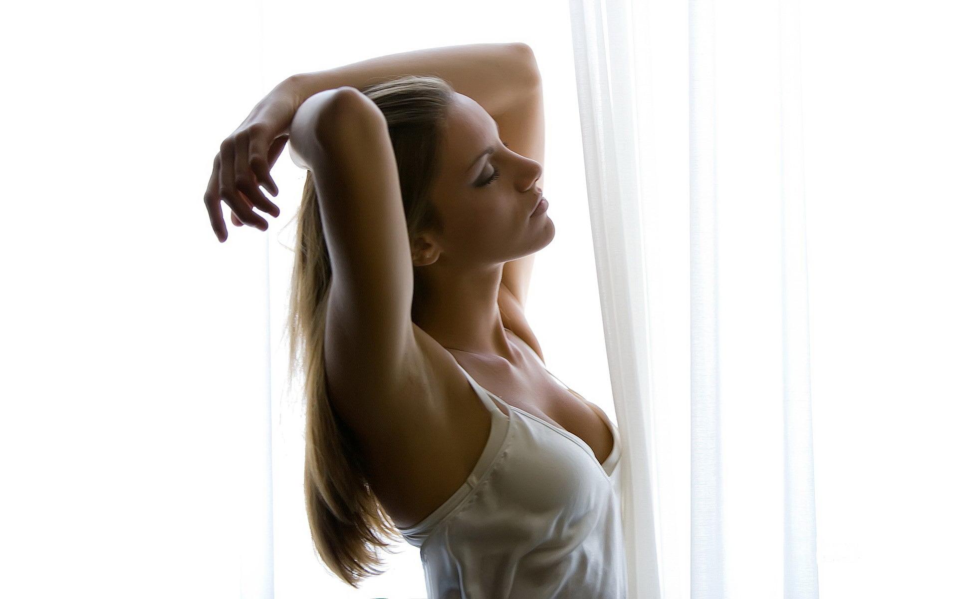 девушка окно торшер  № 3580629 без смс
