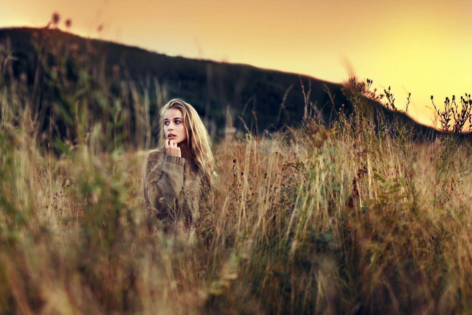 девушка поле деревья  № 3582054 бесплатно