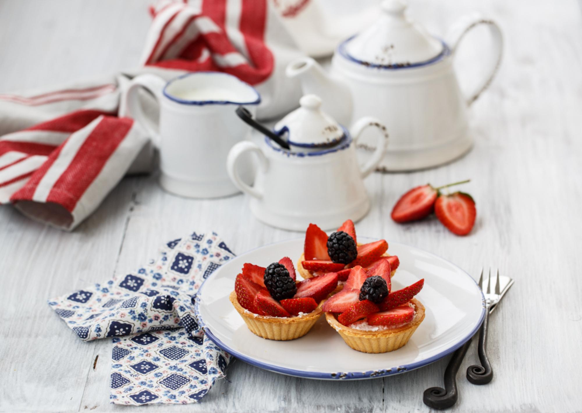 Пироженое с клюбникой и с чаем  № 2153805 загрузить