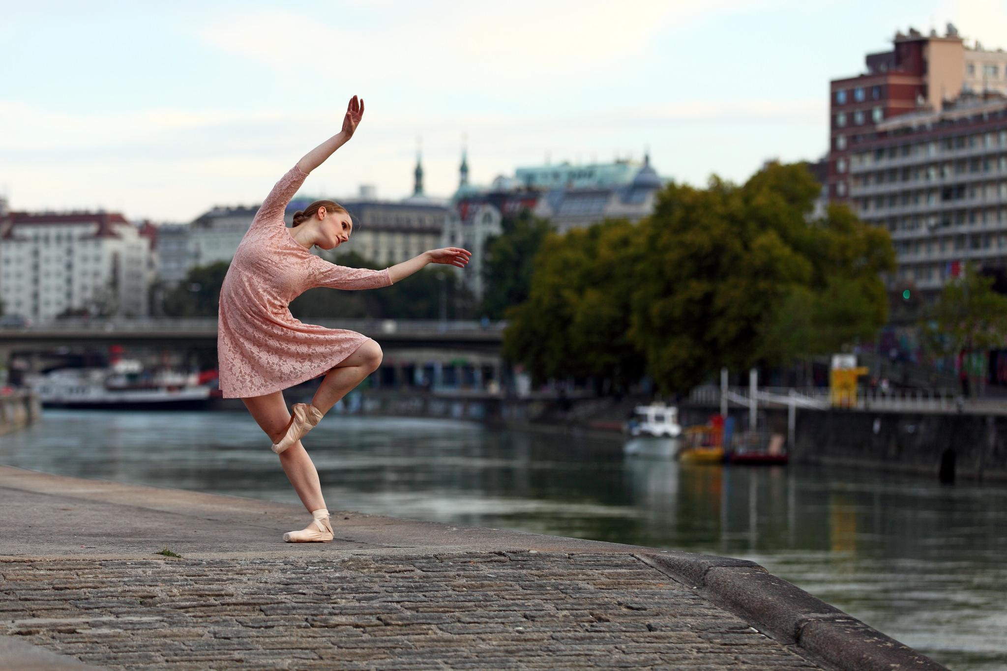 Фото новый, картинка танцующая девушка приколы