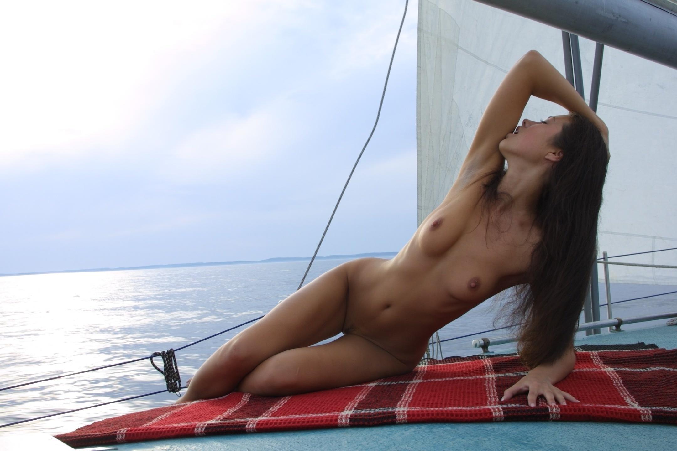 Голые девушки на корабле