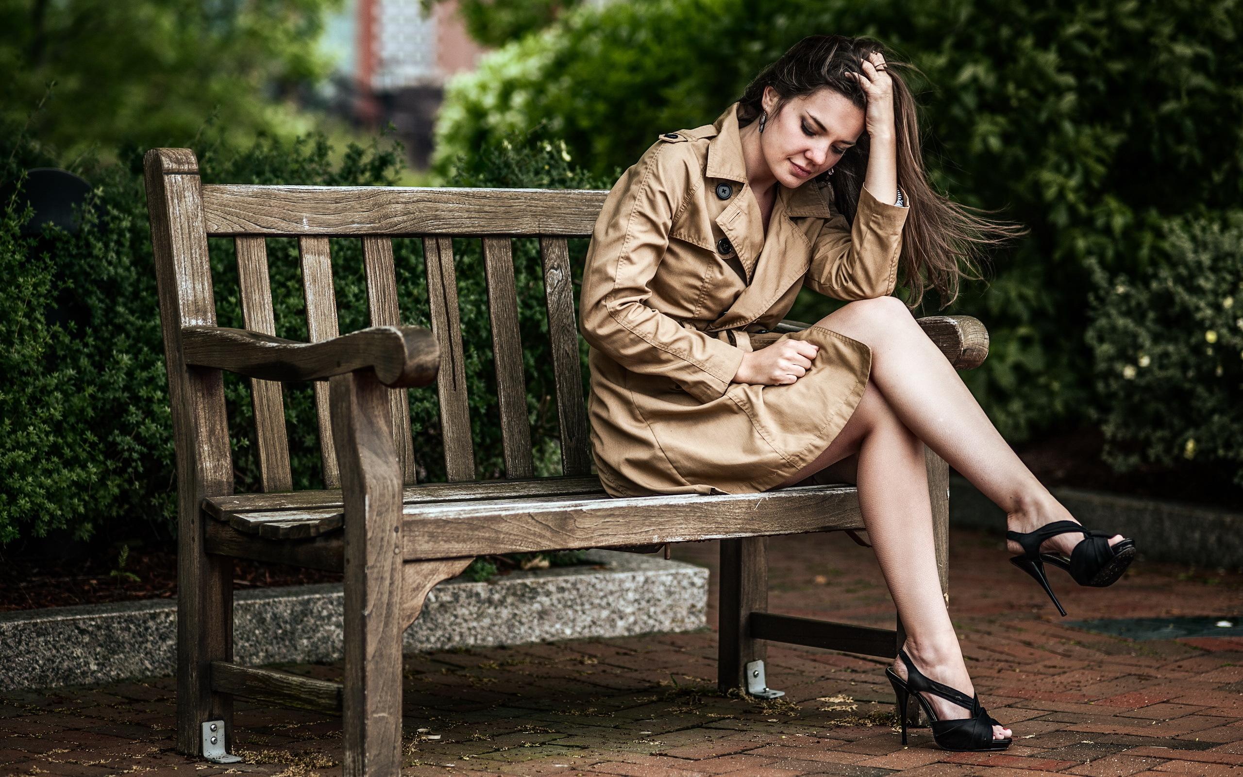 Фото девушек в парке на скамейке 11 фотография