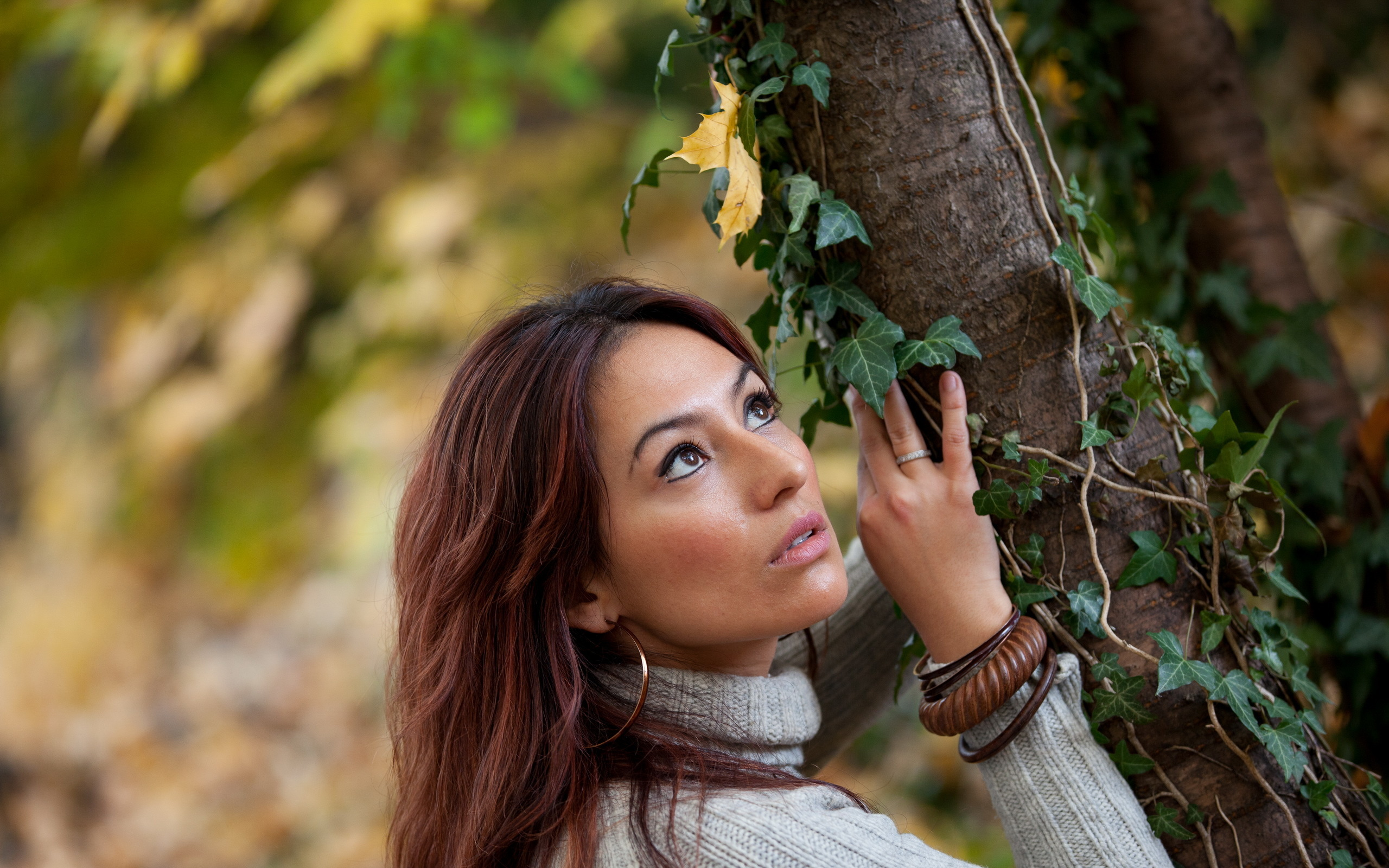 девушки около дерева други варианти просто