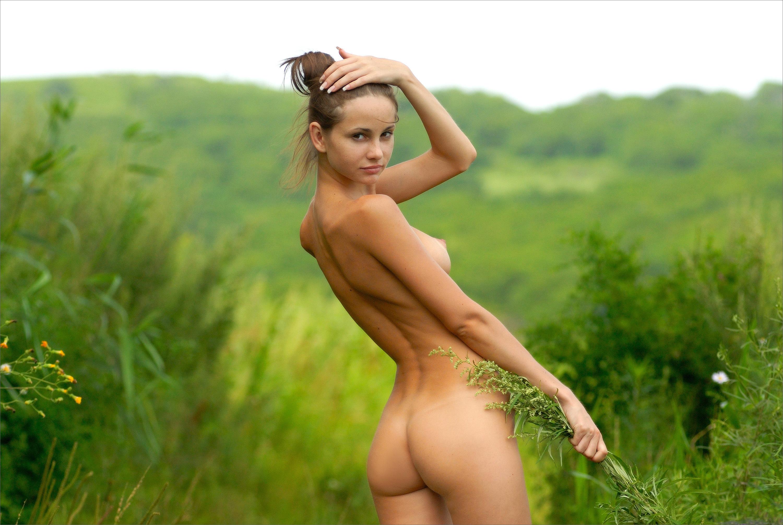 devchonki-golie-na-prirode-foto