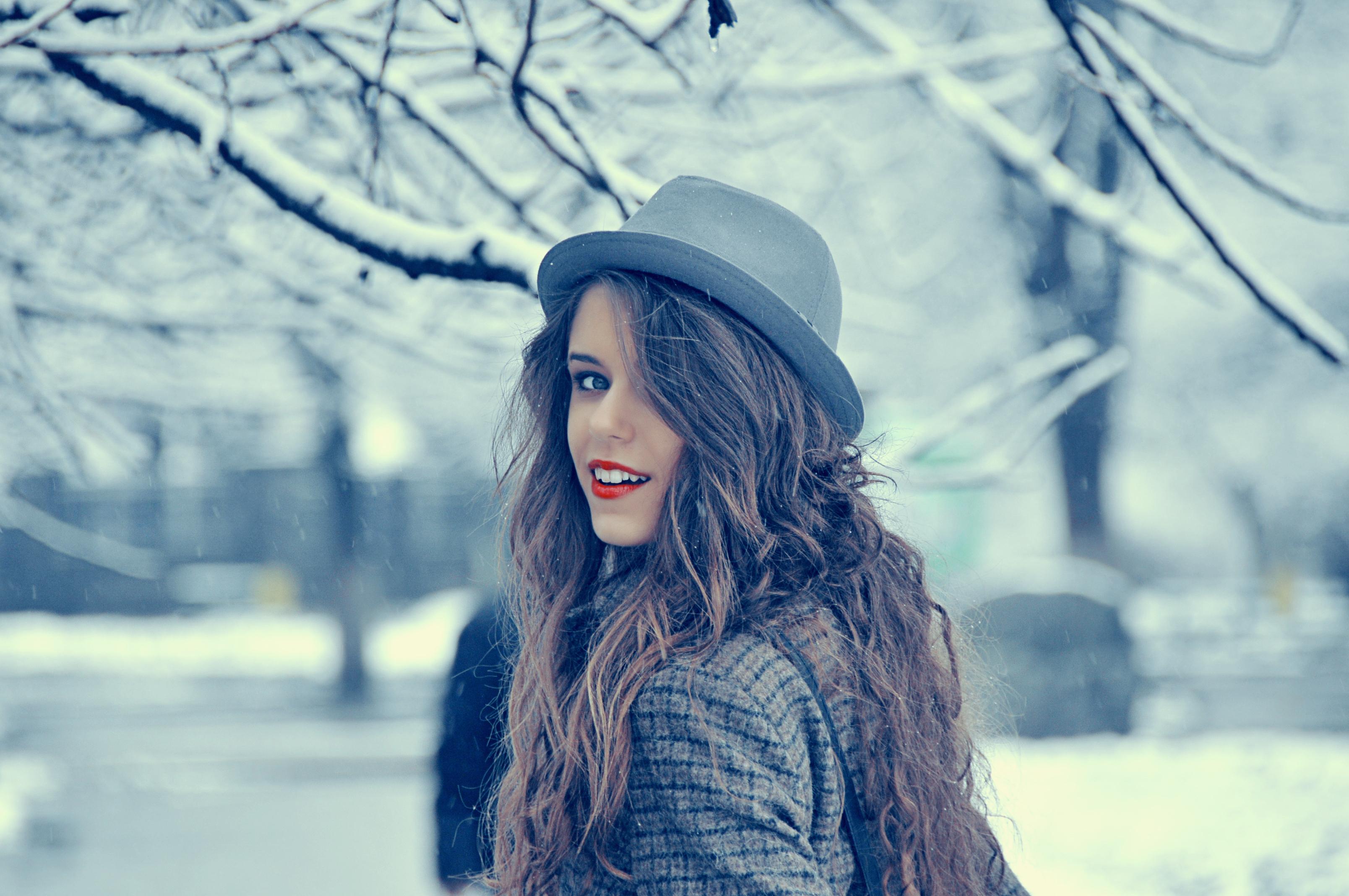 Фото красивых брюнеток зимой 12 фотография