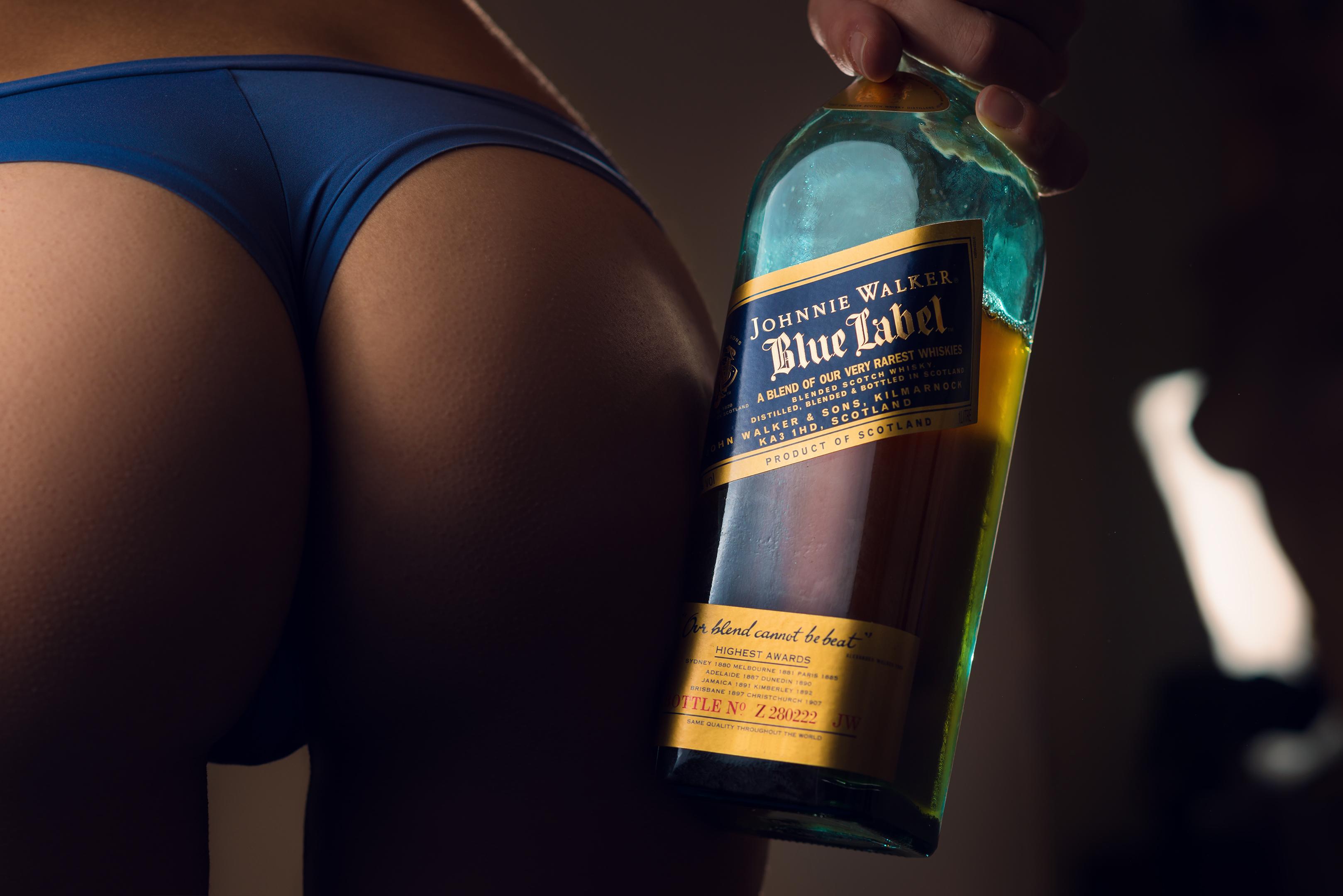 Бутылка в стройной попе блондинки фото небритую киску