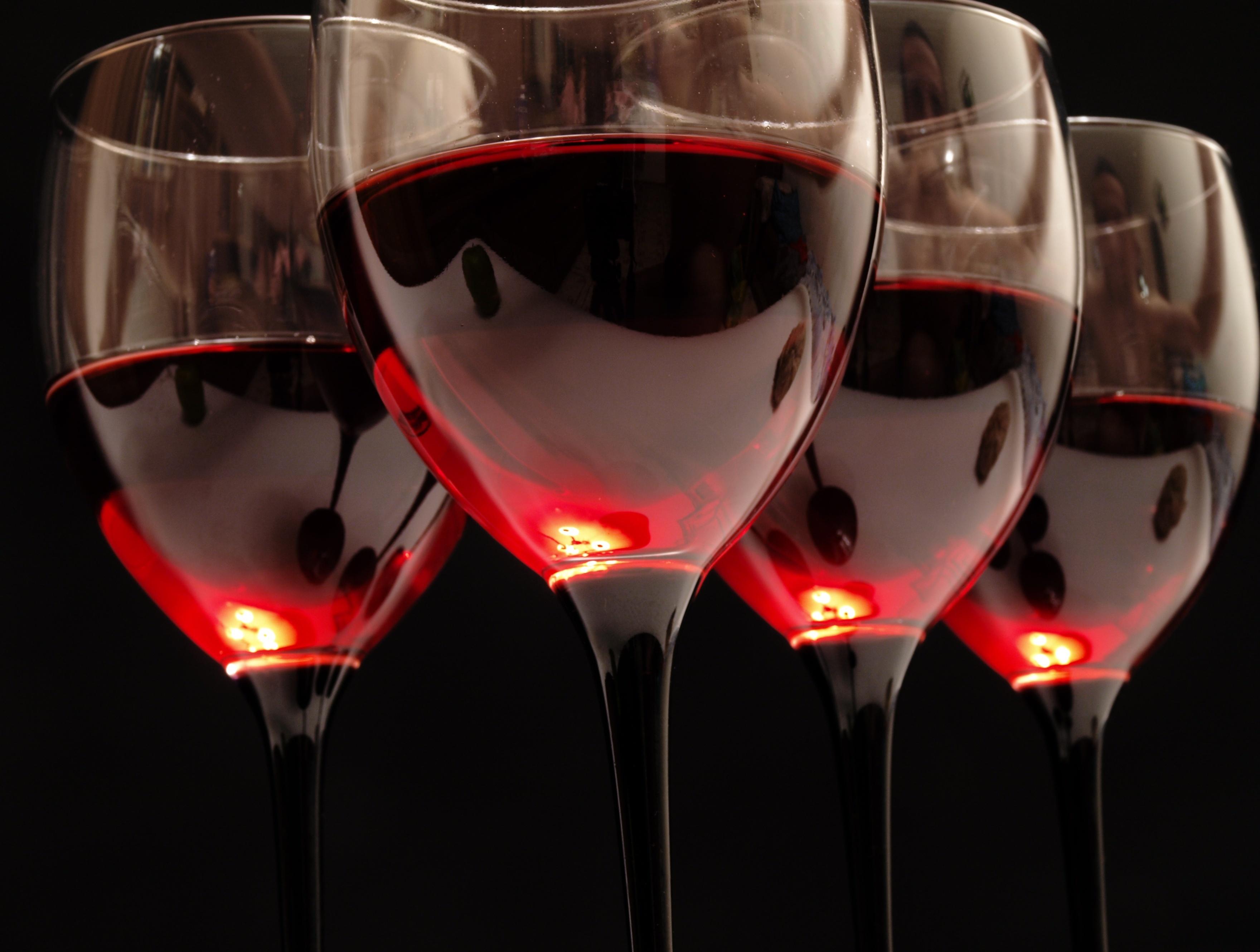 Старый Новый год Vino-krasnoe-bokaly-steklo-84