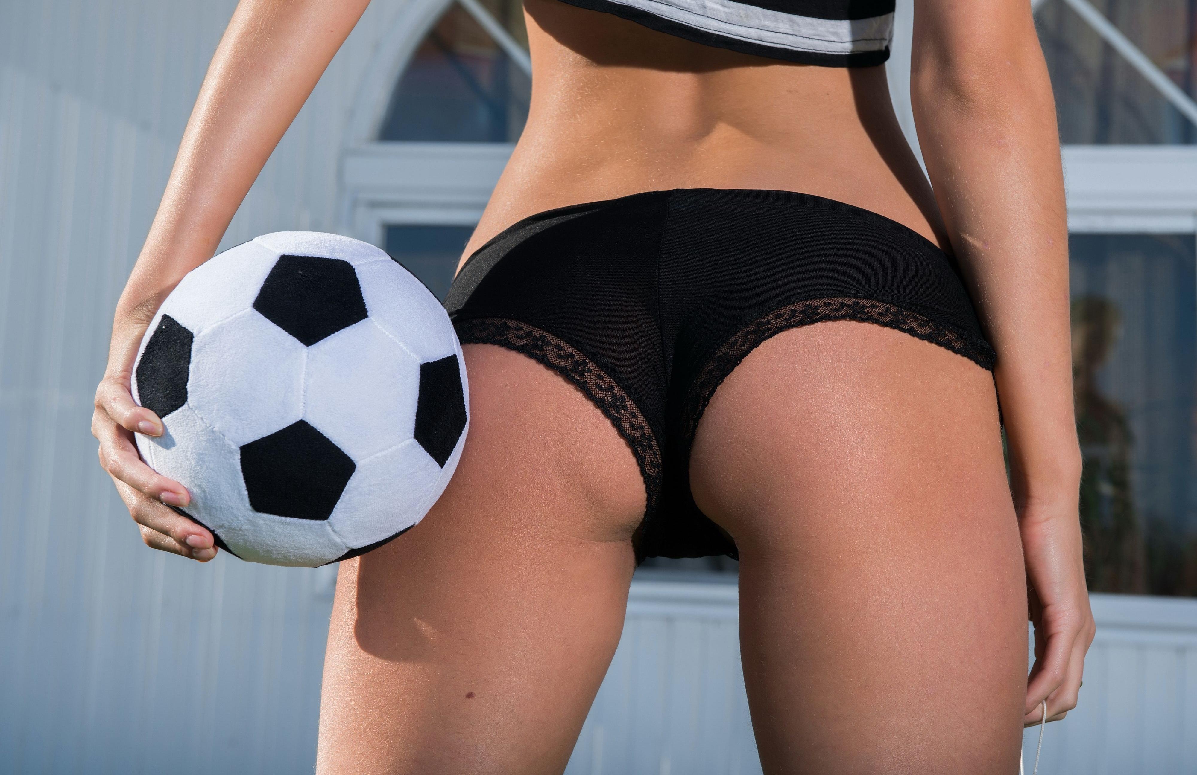 Картинки женская попа с мячом между ног