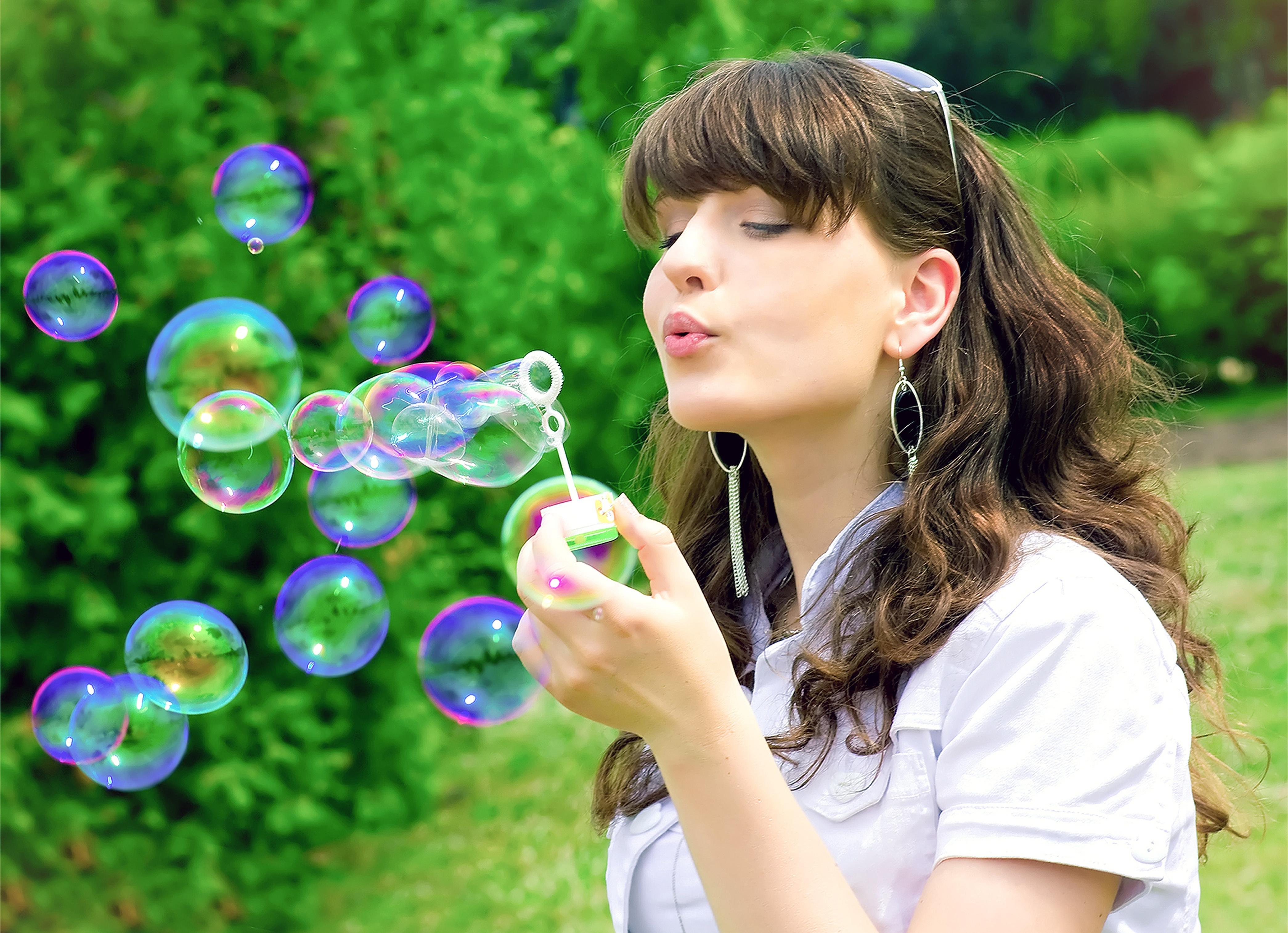 Девочка и мыльные пузыри картинки