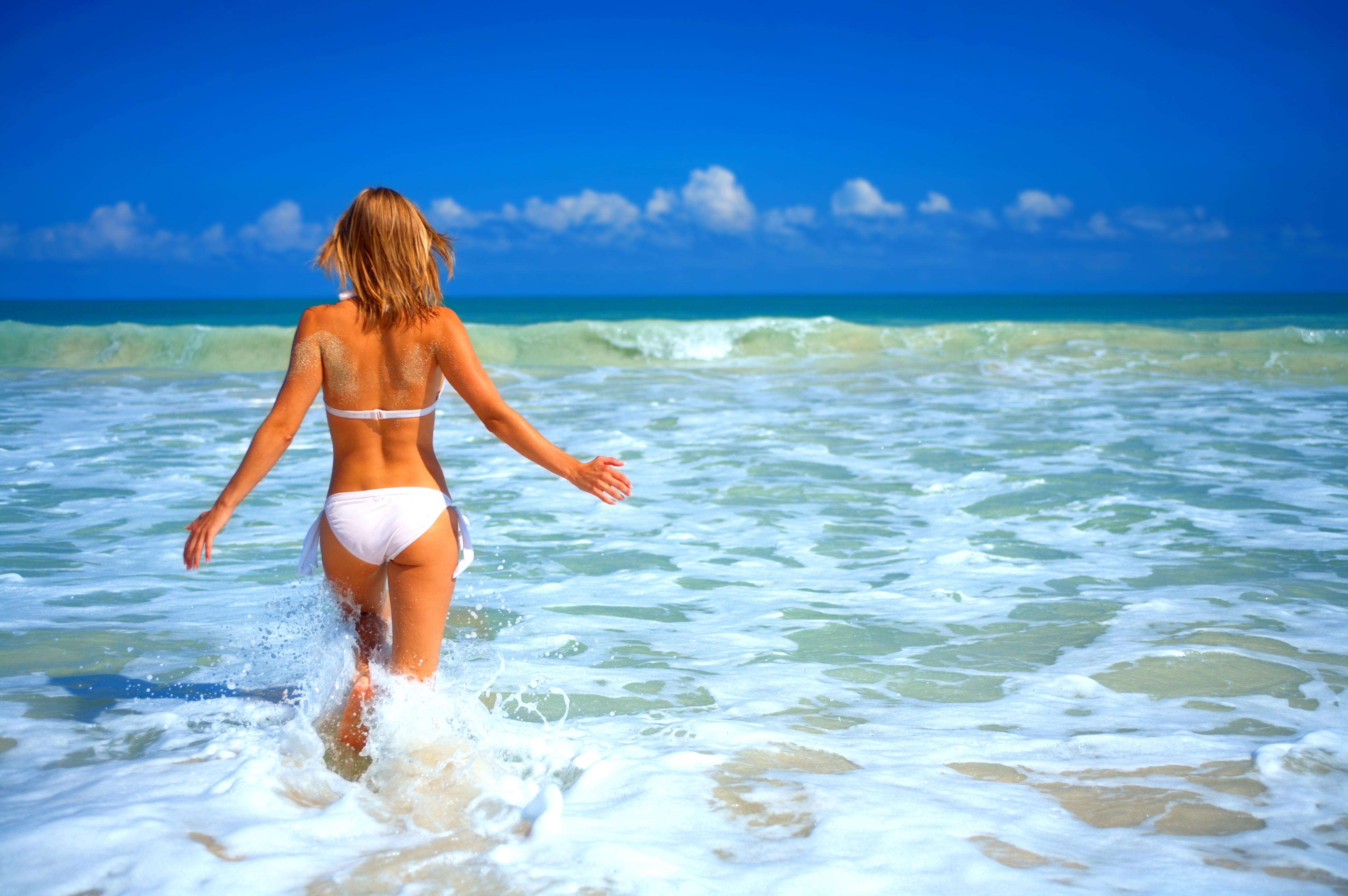 Фото блондинок на пляже со спины 2