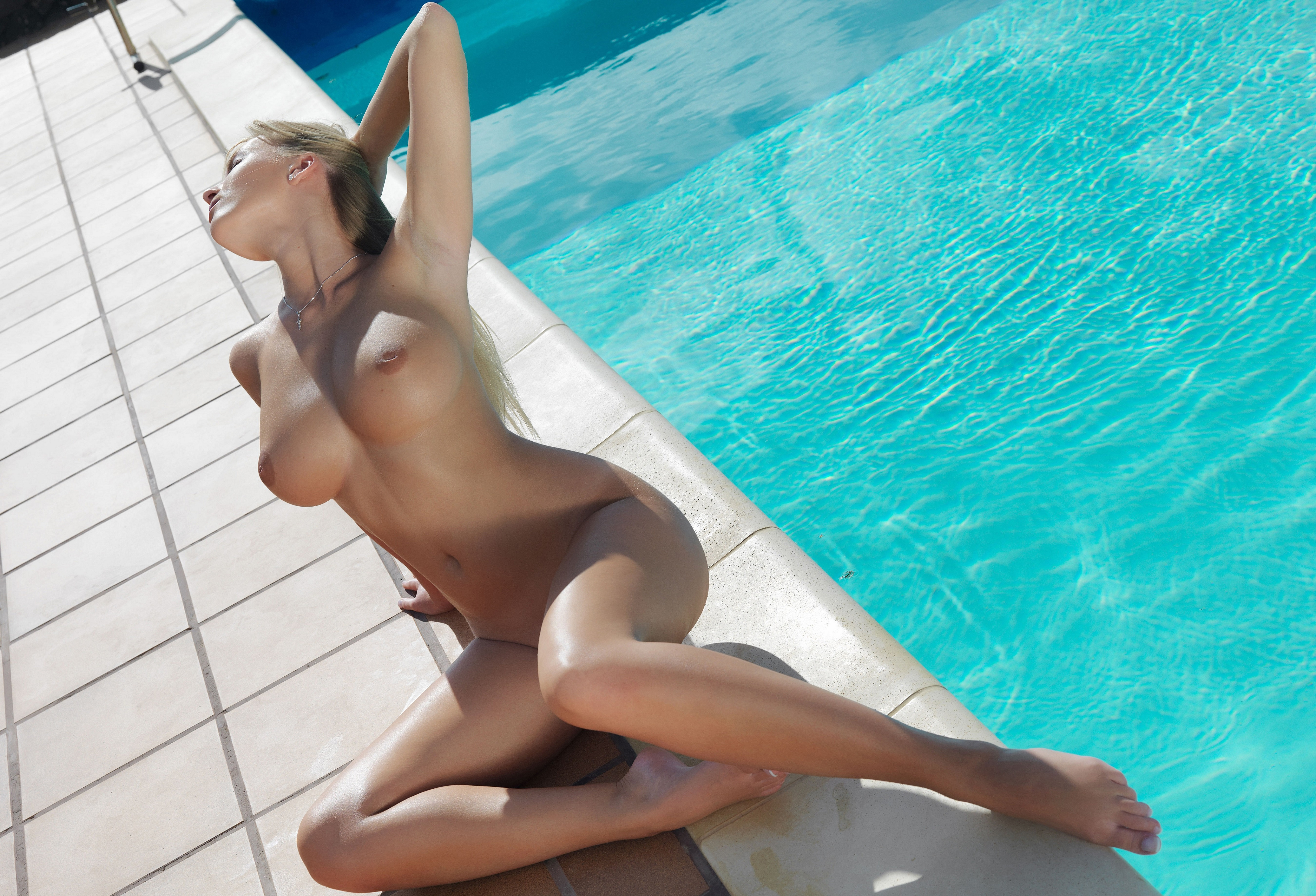 nude-girl-shooting-pool