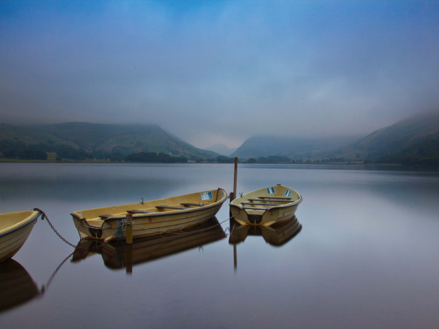 На лодке в горном озере  № 3062508 бесплатно