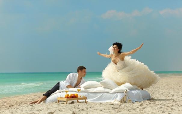 Фото обои песок, море, девушка, радость, берег, подушки, платье