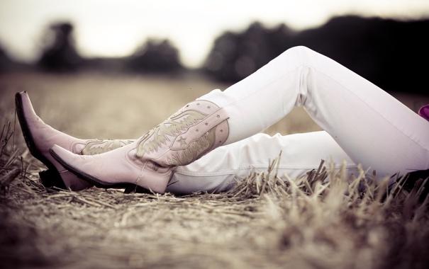 Фото обои поле, трава, фото, девушки, настроение, ноги, обувь