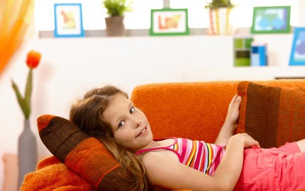 Фото обои улыбка, диван, тюльпан, девочка, подушка, ваза