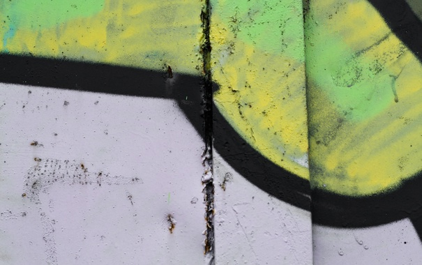 Фото обои green, black, white, yellow, paint spray, metal, wall