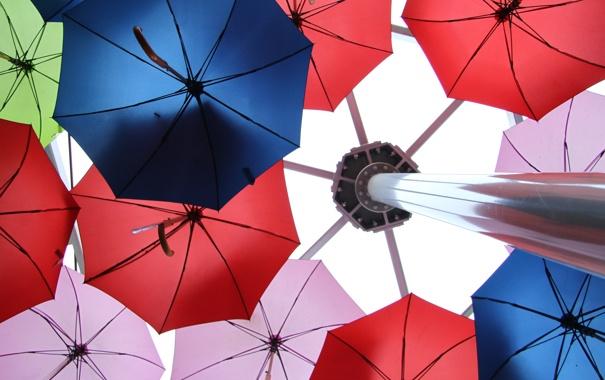 Фото обои цветные, цвет, столб, зонт, зонты, ракурс, колонна
