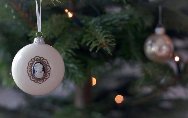 Фото обои зима, белый, ветки, огни, игрушка, ель, шарик