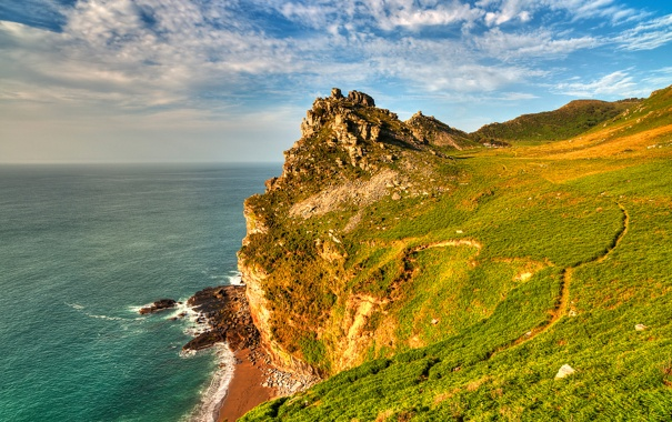 Фото обои море, небо, трава, облака, горы, обрыв, склон