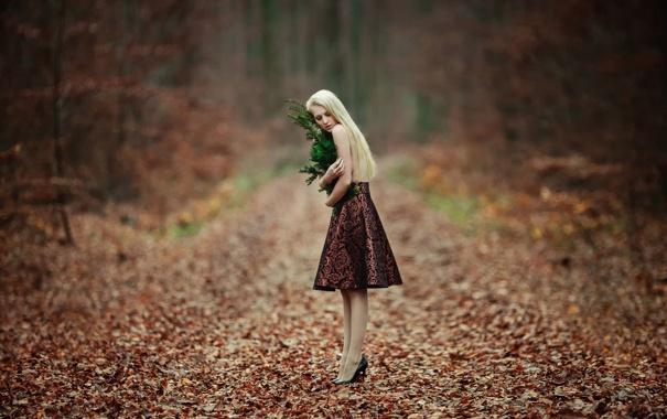 Фото обои лес, девушка, юбка, туфли, одна