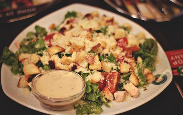 Фото обои курица, тарелка, помидоры, салат, цезарь, сухарики
