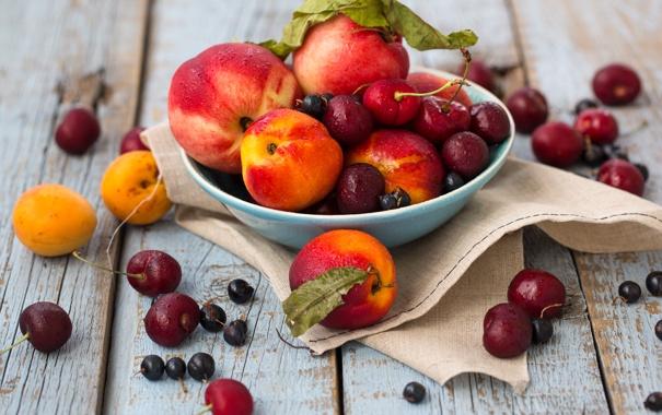 Фото обои вишня, ягоды, тарелка, фрукты, натюрморт, персики, смородина