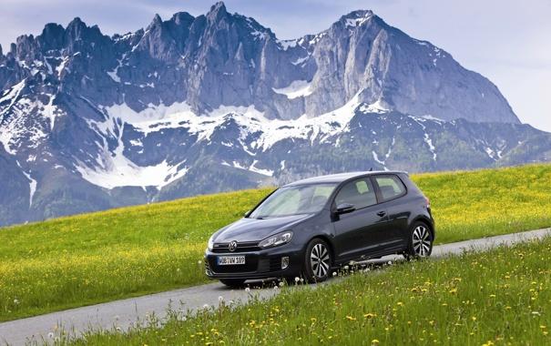 Фото обои дорога, трава, горы, машины, фото, обои, volkswagen