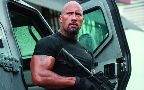 Фото обои оружие, тату, футболка, автомат, перчатки, мускулы, Дуэйн Джонсон