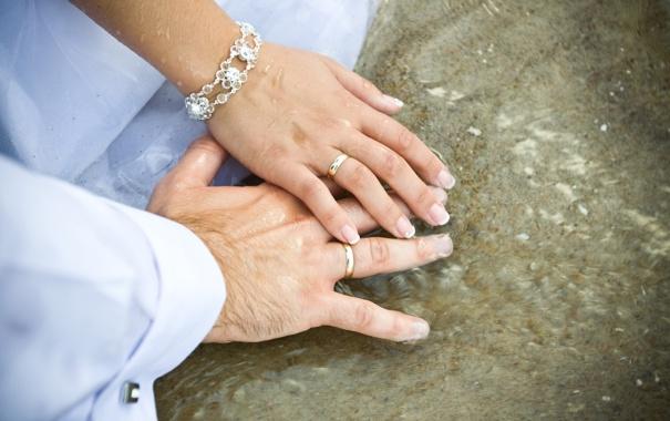 Фото обои кольца, руки, браслет