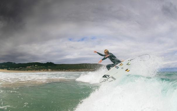 Фото обои волны, пляж, облака, брызги, серфер, серфинг, экстремальный спорт