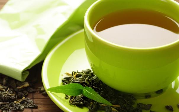 Фото обои листья, чай, кружка, напиток, блюдце, пакетик, зелёный чай