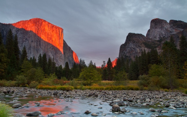 Фото обои небо, деревья, закат, горы, река, камни, скалы