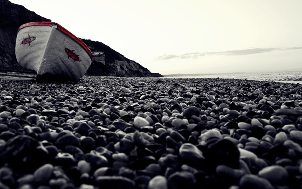 Фото обои море, макро, галька, берег, лодка, пляж. камни