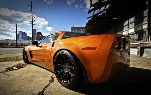 Фото обои оранжевый, улица, corvette, шевроле, вид сзади, chevrolet, orange