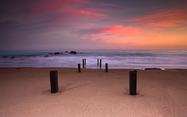 Фото обои песок, море, пляж, небо, краски, выдержка, колья