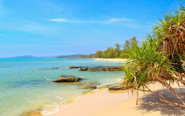 Фото обои песок, море, небо, деревья, горы, камни, берег