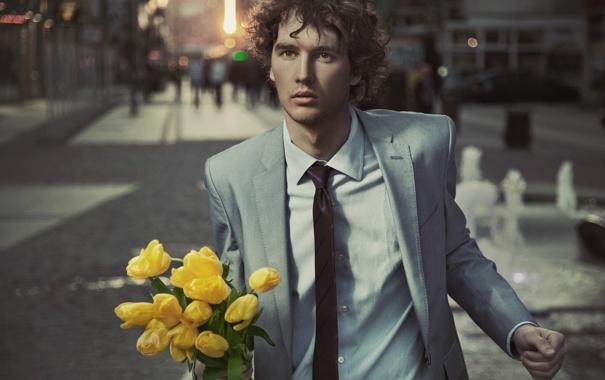 Фото обои взгляд, цветы, люди, улица, тюльпаны, парень, кареглазый