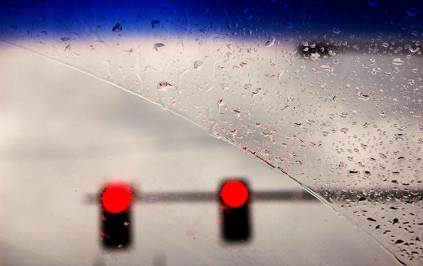 Фото обои машина, капли, дождь, светофор, лобовое стекло, красный свет