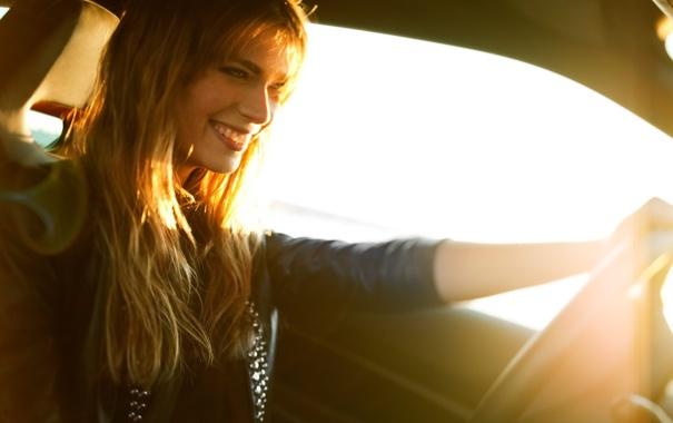 Фото обои девушка, солнце, лучи, улыбка, блондинка, автомобиль