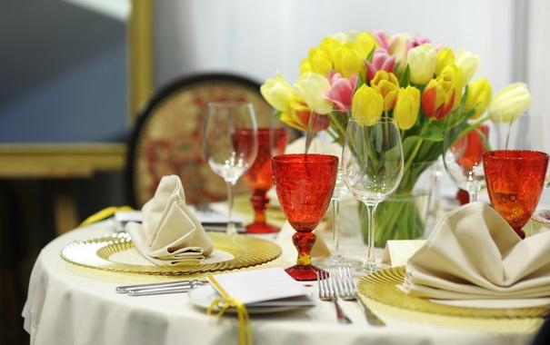 Фото обои цветы, бокалы, тюльпаны, тарелки, столик, вилки, сервировка