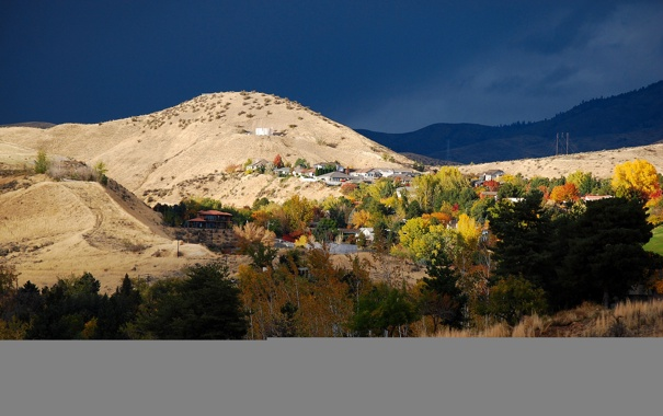 Фото обои осень, небо, деревья, поселок, дома, склон, горы