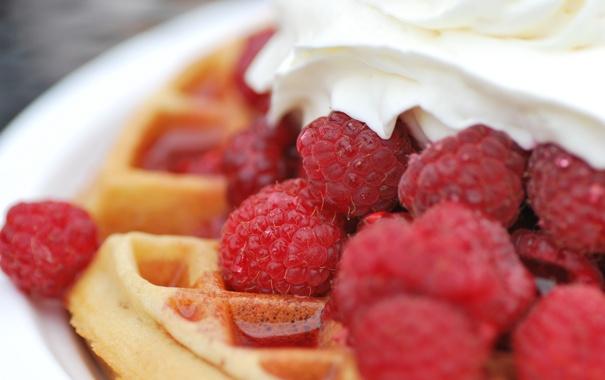 Фото обои ягоды, малина, крем, десерт, вафли, сироп