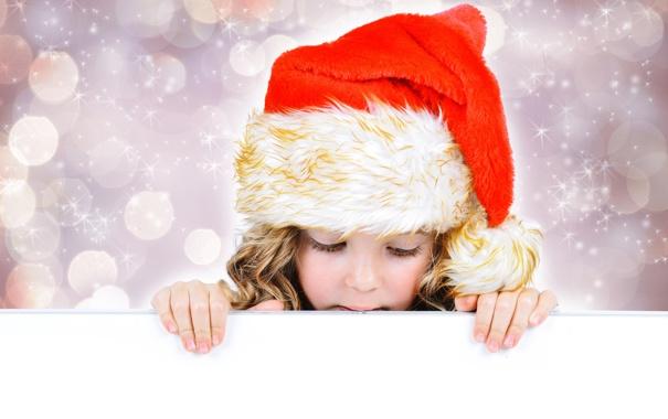 Фото обои праздник, новый год, искры, девочка, белый фон, колпак, боке