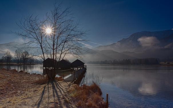 Фото обои небо, солнце, лучи, деревья, горы, озеро, дома